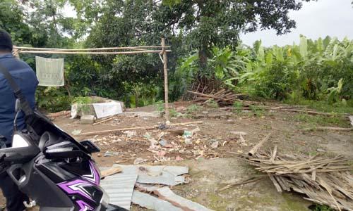 Puing-puing rumah Supar yang ambruk beberapa bulan lalu