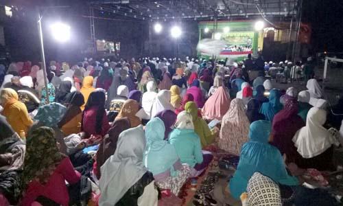 RIBUAN: Dalam acara sholawat bersama yang digelar Koramil 17 Ampelgading dihadiri ribuan majelis sholawat riyadhul Jannah Korwil Ampelgading
