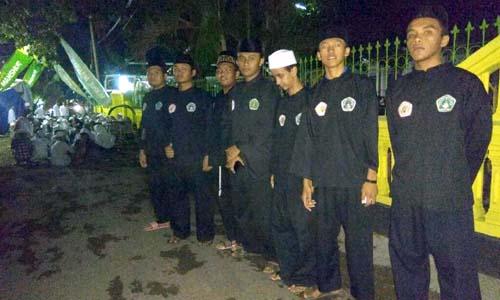 Jemaah Membludak ke areal jalan lingkungan serta dijaga Pasukan Pagar Nusa. (riy)