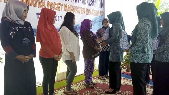 Para juara lomba mendapatkan Hadiah yang diserahkan Ketua tim penggerak PKK
