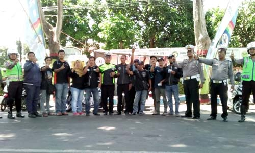 Pengurus dan anggota IKL saat foto bersama setelah melakukan tempel stiker IKL. (pix)