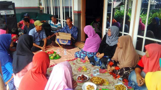 Famili korban Didik Murtadho dan Hj Istining berkumpul mendengarkan penjelasan dari Kapolsek Jabon, AKP Subadri. (gus)