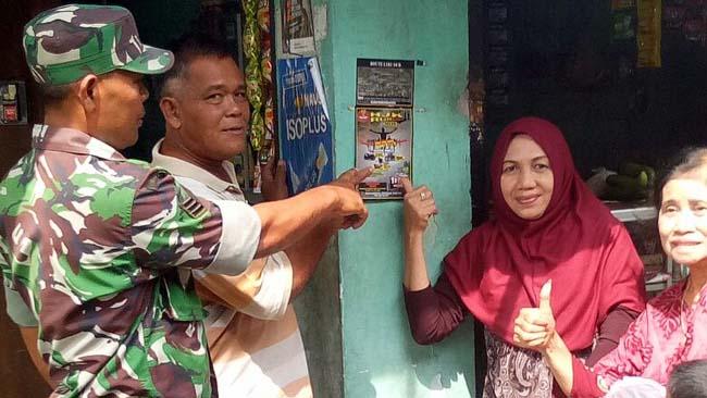 Anggota Kodim juga memasang brosur di toko/warung-warung yang sering dikunjungi masyarakat