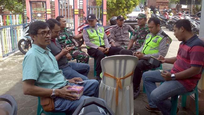 Pihak keamanan berjaga, melakukan pengamanan pada pelantikan Sekdes
