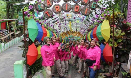 KAGUM: Ketua Persit KCK (Kartika Candra Kirana)Koorcab Rem 083/Bdj Reni Bangun Nawoko bersama pengurus persit Korcab Rem 083 /Bdj merasa kagum dengan kampung warna warni yang ada di Kota Malang
