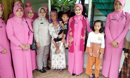 FOTO BERSAMA: Keluarga nenek Aminah begitu senang atas kedatangan ketua Bhayangkari Cabang Malang Ibu Tika Setiawan Ujung dengan mengajak foto bareng