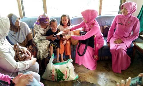 BERBAGI KASIH:Ibu Tika Setiawan Ujung saat memberikan bantuan sembako dan uang tunai buat kebutuhan keluarga nenek Aminah dan cucunya Rivaldi (7), penderita tumor hidung