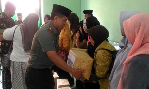 Dandim 0823 Situbondo secara simbolis memberikan bingkisan pada anggota Veteran Situbondo.(yud)