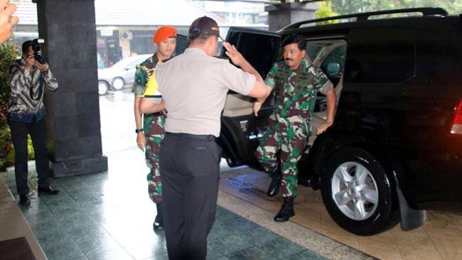 KUNJUNGI:Tanpa diduga Panglima TNI Marsekal TNI Hadi Tjahjanto berkunjung ke Polres Malang Kota yang disambut langsung Kapolres Malang Kota AKBP Asfuri