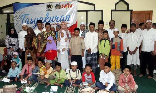 Para undangan yang hadir bersama sama anak yatim. (rhd)