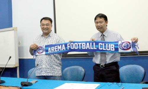 Pemberian cinderamata oleh Arema FC kepada Direktur Polinema. (rizky pratama)