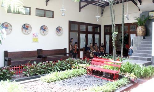 Ruang tunggu yang nyaman dengan keasrian taman dan kolam. (rhd)