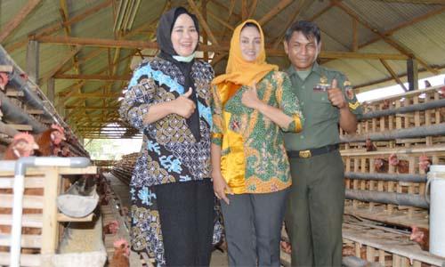 TELOR : Ketua Persit KCK  Cabang XXXII Ny. Dewi Ferry Muzawwad bersama Ketua Ranting 0818/08 Wagir Ny.Zaenuri   beserta pengurus Persit Cabang XXXII memperlihatkan telor ayam hasil usaha Ibu Sri Puji Astutik