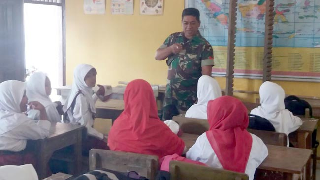 Siswa SDN Balongsari Semangat Terima Wasbang Dari Koramil 0815/05 Gedeg