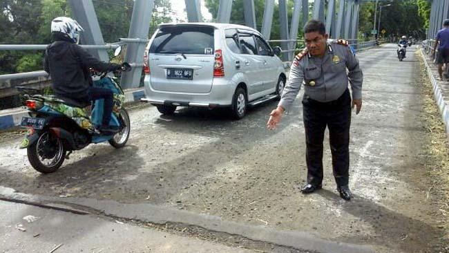 Cegah Kecelakaan, Polsek Situbondo Kota Pasang Papan Imbauan di Jembatan Widuri