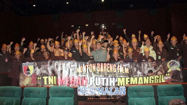 KEBERSAMAAN:Dandim 0818 Letkol Inf Ferry Muzawwad bersama veteran dan PPAD(Persatuan Purnawirawan Angkatan Darat)saat Nobar filmTNI MPM (Merah Putih Memanggil )di Cinema 21 Dieng Plaza Kota Malang.