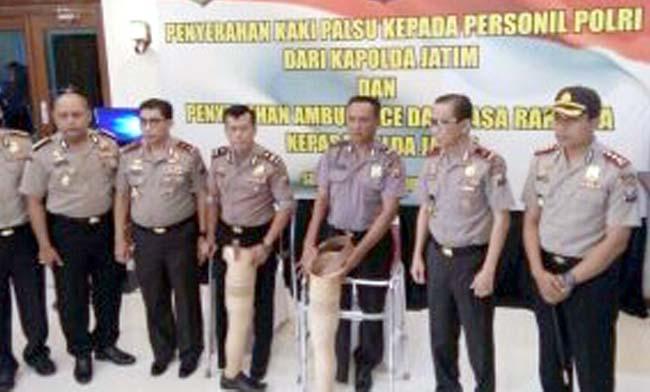 Kapolda Serahkan Kaki Palsu ke Anggota Korban Kecelakaan