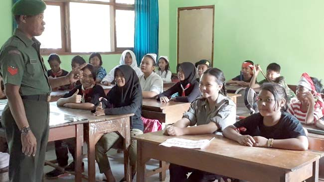 Koramil 081510 Bangsal Kenalkan Wasbang Di Dua Sekolah
