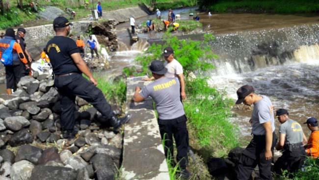 Polres Batu Pasang Bronjong Minimalisir Banjir dan Longsor