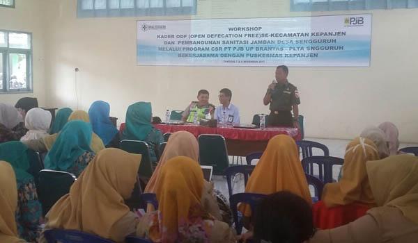 Danramil 0818 /05 Kapten Arm Supiyarto saat memberikan penjelasan sehubungan pembuatan jamban kepada warga masyarakat yang tinggal di Desa Sengguruh.