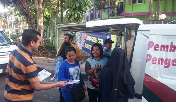 BROSUR:Petugas Samsat Malang Kota membagi bagikan brosur pemutihan denda PKB dan BBN dikawasan CFD
