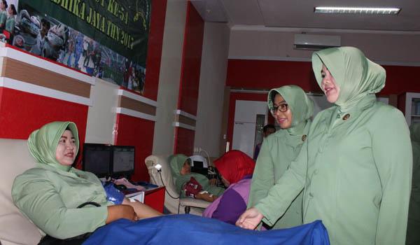 IKUT:Ketua Persit KCK Cabang XXXII kodim 0818 Ny. Ferry Muzawwad saat memberikan motivasi kepada para persit saat mendonorkan darahnya dalam rangka jelang HUT Korem 083/BDJ ke 54 tahun 2017.
