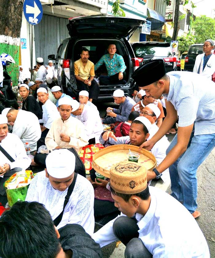 Haul KH Syarwani Abdan, Moslem Property Bagi 3 Ribu Es dan Makanan Gratis