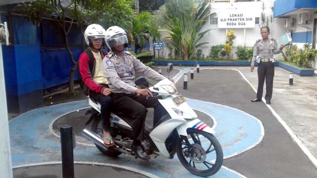 8 Kali Gak Lulus Ujian SIM C, Mahasiswa Machung Dibonceng, Diajari Polisi Naik Motor