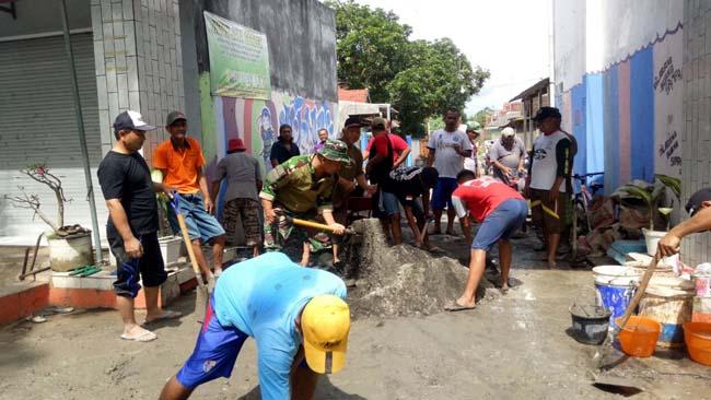 Karya Bakti Koramil Kepanjen Ajak Karangtaruna Ngecor Jalan Rusak
