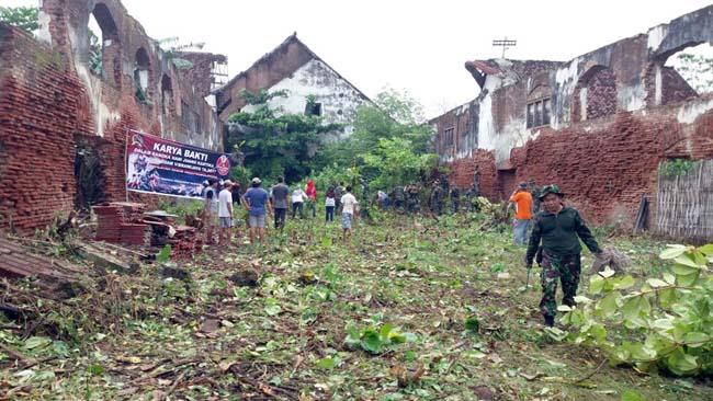 Pertahankan Situs Sejarah, Masyarakat dan Anggota Koramil 082001 Bersihkan Lingkungan