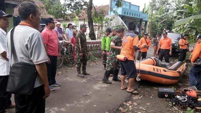 Sinergi TNI-Polri Bersama Relawan - Masyarakat Gelar Karya Bakti Di Sungai Marmoyo