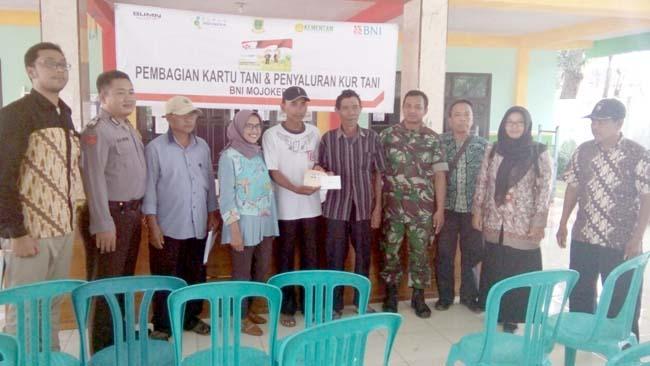 Babinsa Purworejo Koramil 081511 Pungging Dampingi Gapoktan Tani Rejo Dalam Penerimaan Kartu Tani BNI