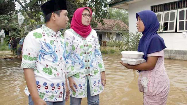 Cak Thoriq - Bunda Indah Turun Langsung Bantu Korban Banjir Rowokangkung