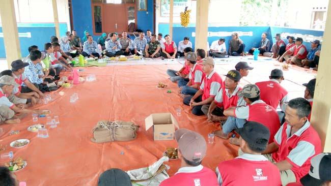 Danramil 081508 Bersama Forpimka Dawarblandong Ikuti RAT Poktan Ternak Lembu Makmur