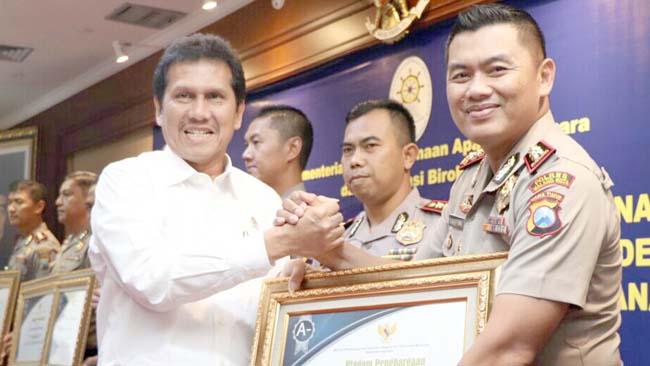 Polres Malang Kota Raih Penghargaan Pelayanan Publik Terbaik 2017 Dari KemenPAN - RB
