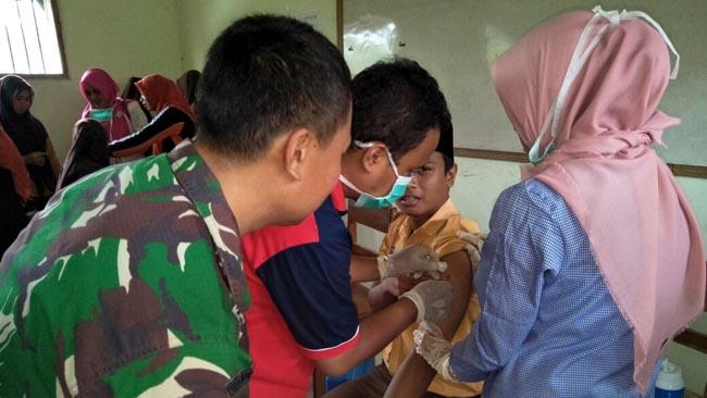 Koramil Gondang membantu Puskesmas setempat dalam pemberian immunisasi difteri kepada siswa RA, MTS danMA Miftahul Qulub