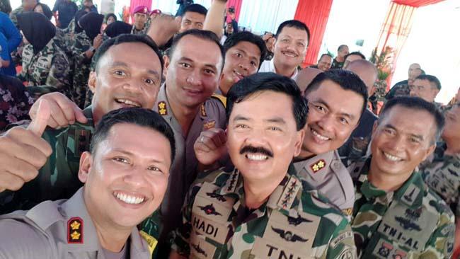 SELFIE:Kapolres Malang Raya saat berselfie bersama Panglima TNI Marsekal Hadi Tjahjanto(ist)