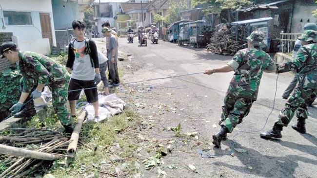Karya Bakti Saber Pungli Koramil 02 Batu Bersama Tiga Pilar Bersihkan Sampah Di Aliran Kali