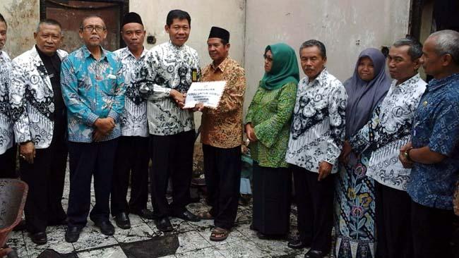 PGRI Kabupaten Malang Beri Bantuan Pensiunan Guru SDN Kasembon 2 yang Rumahnya Terbakar