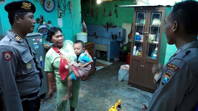 Sabhara Polres Mojokerto Rehab Rumah Rusak akibat Puting Beliung