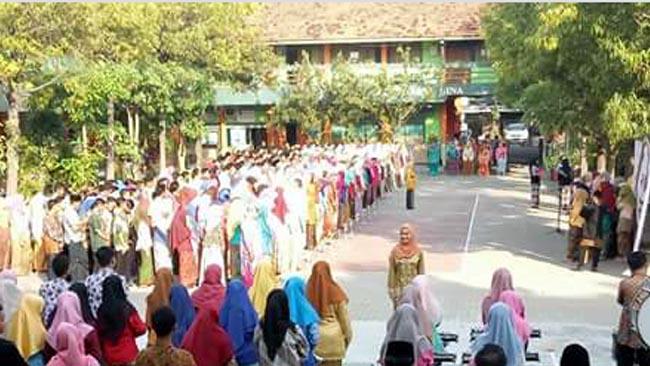 MAN 1 Lamongan Peringati Hari Kartini, Upacara Bendera Semua Petugas Wanita