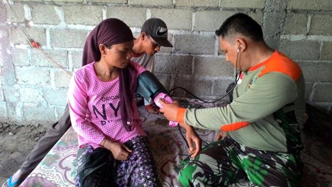 Tim Kesehatan Kodim Situbondo Bantu Warga Berikan Pelayanan Kesehatan Gratis