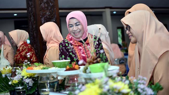 Ketua Forum Peningkatan Konsumsi Ikan Nasional (Forikan) Makhdumah Fadeli saat meninjau menu kreasi ibu-ibu OPD copy