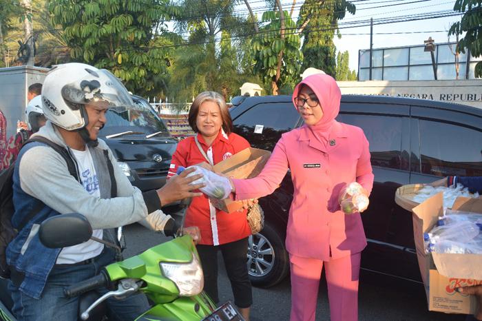 Polres Situbondo bersama Komunitas Tiong Hoa dan Forum Kerukunan Umat Beragama Bagikan Takjil