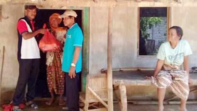 Mudik dari Rantau, TKI Bagi Sembako di Kampung Halaman