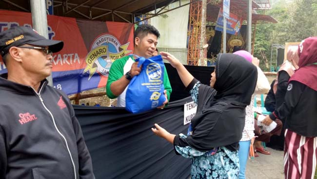 Paguyuban Gnaro Ngalam-Jakarta menggelar Pasar Sembako Murah di Eco Wisata Coban Kethak, Kecamatan Kasembon, Kabupaten Malang, Selasa 5 Juni 2017