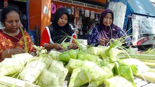 Tradisi Kupatan Bawa Berkah Bagi Pedagang Janur