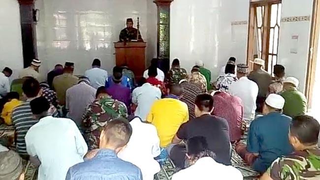 Anggota Satgas TMMD Reguler Ke-102 Mojokerto Khatib Shalat Jum'at