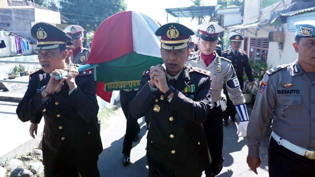 Kapolres Situbondo Takziah, Antar Jenazah Aiptu Suhono Sigit ke Pemakaman
