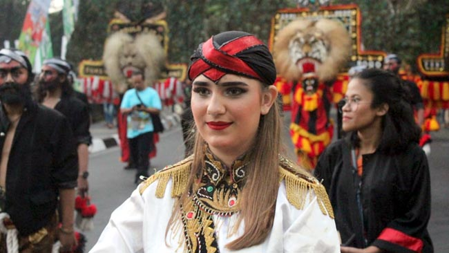 Mahasiswa Jerman Meriahkan Pawai Obor Asean Games